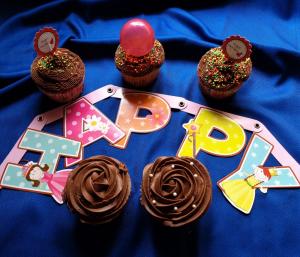 کاپ کیک وانیلی با فراستینگ شکلاتی